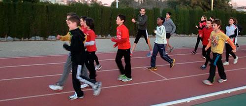 Obligando a niños a correr